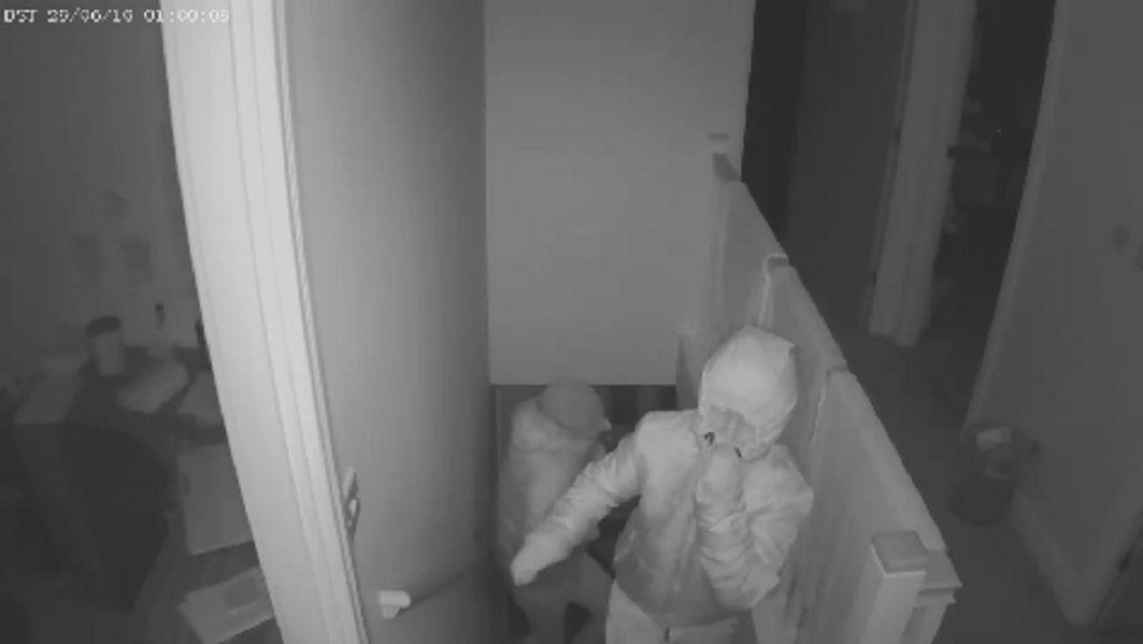 Grabaron a los ladrones más torpes del mundo cuando escapaban de una casa