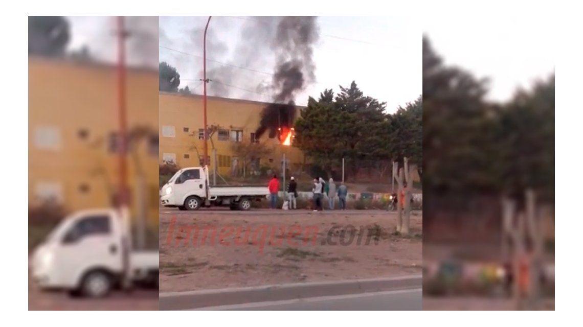 Discusión de pareja: la mujer lo apuñaló y le prendió fuego la casa