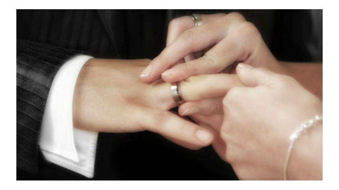 Re de apuro: se terminó de casar en el hospital por las contracciones