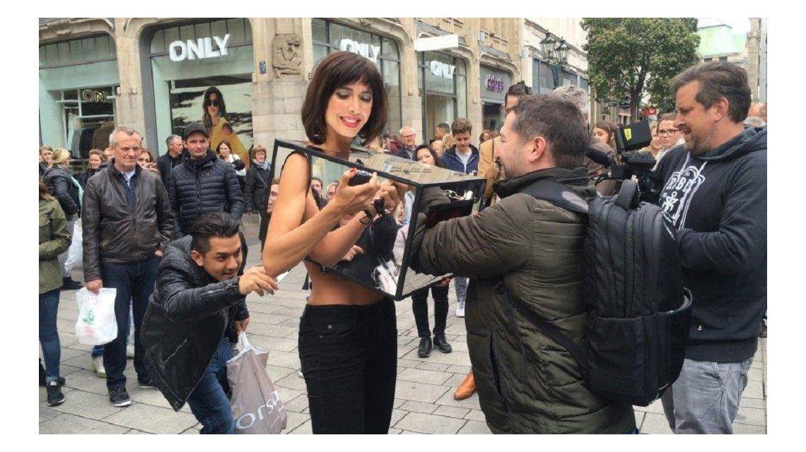 VIDEO: Detienen a artista que permitía que desconocidos le toquen los pechos y los genitales