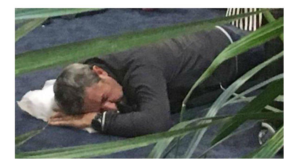 Cobos quedó varado en un aeropuerto y durmió en el suelo