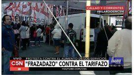 Protestan contra el aumento de los servicios con un frazadazo en el Obelisco