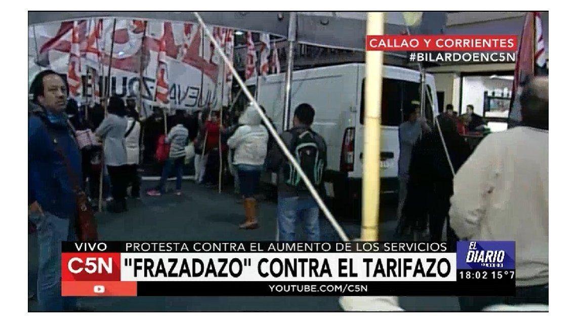 Protestan contra el aumento de los servicios con un frazadazo
