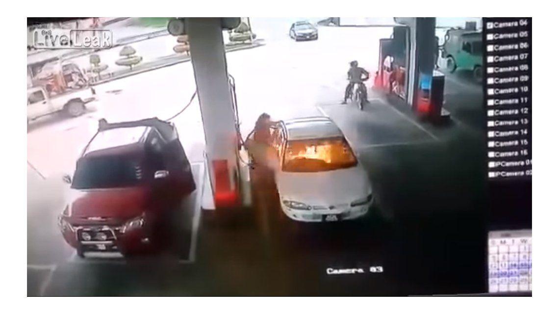 Jugó con un encendedor en una estación, incendió un auto y terminó en el hospital