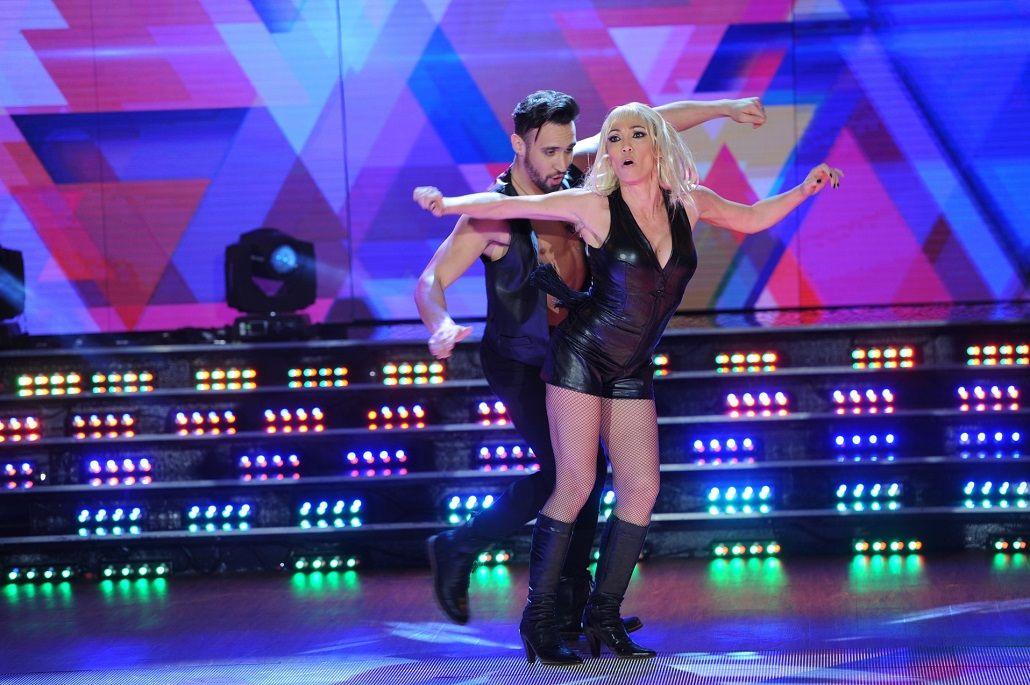Rubia y sexy: Ernestina Pais revolucionó Showmatch al rimo de la cumbia