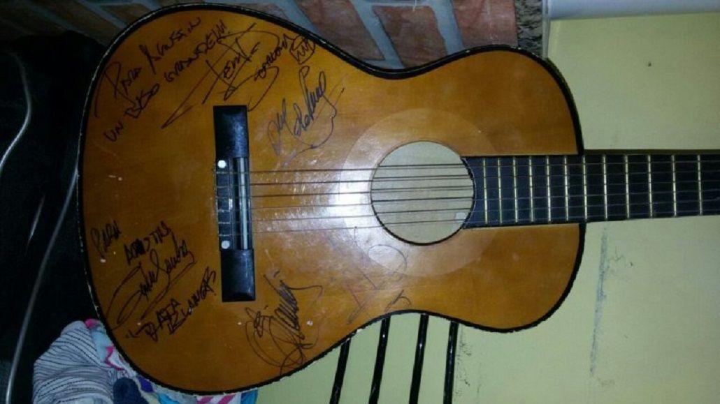 Agustín, el nene con autismo que necesita recuperar la guitarra que le robaron