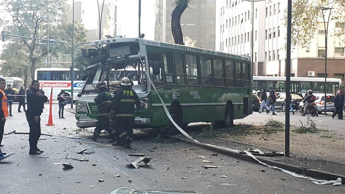 Un colectivo chocó contra un árbol en Retiro: hay al menos 19 heridos