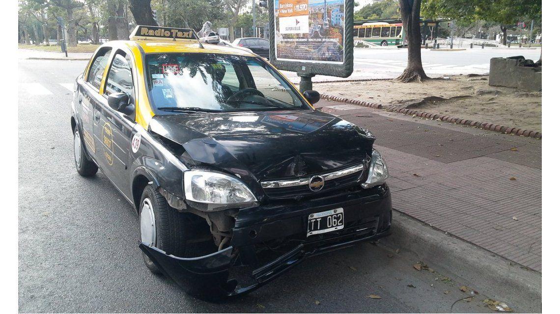 Otro taxista chocó borracho en pleno centro porteño y se llevó puesto el semáforo