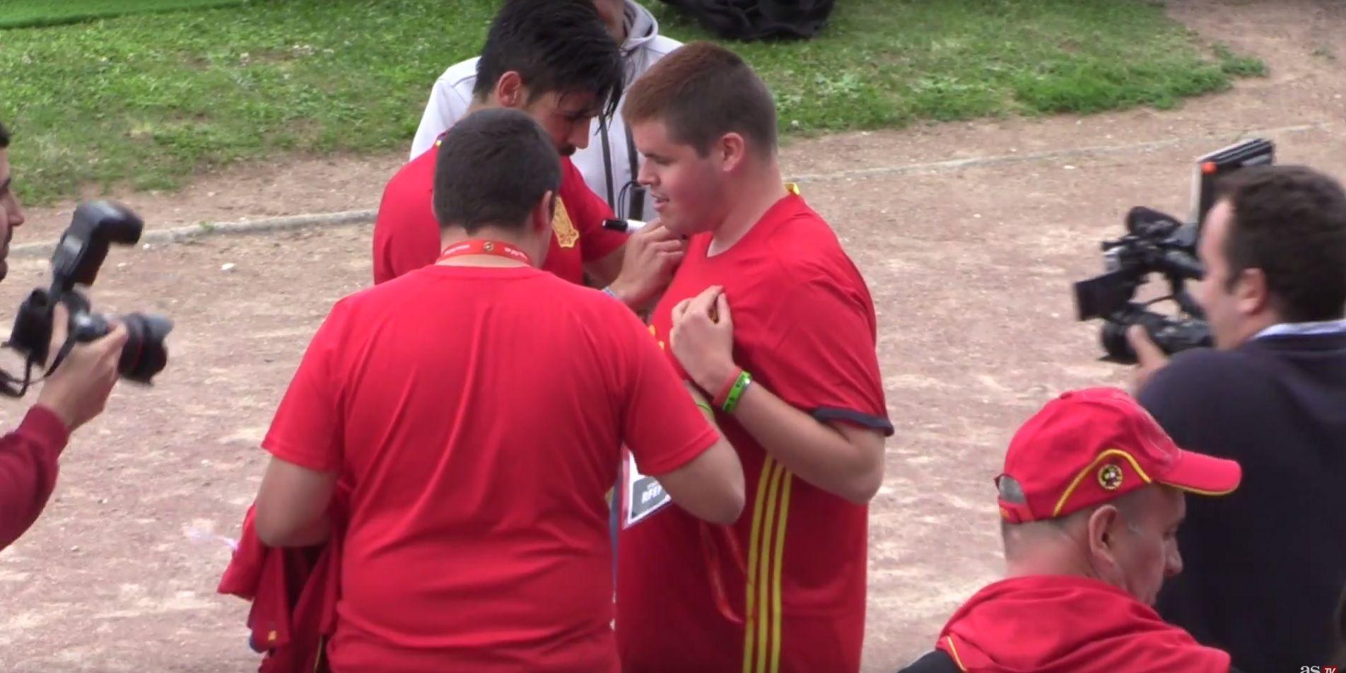 Una estrella de España le regaló una camiseta a un ciego: mirá la reacción del chico
