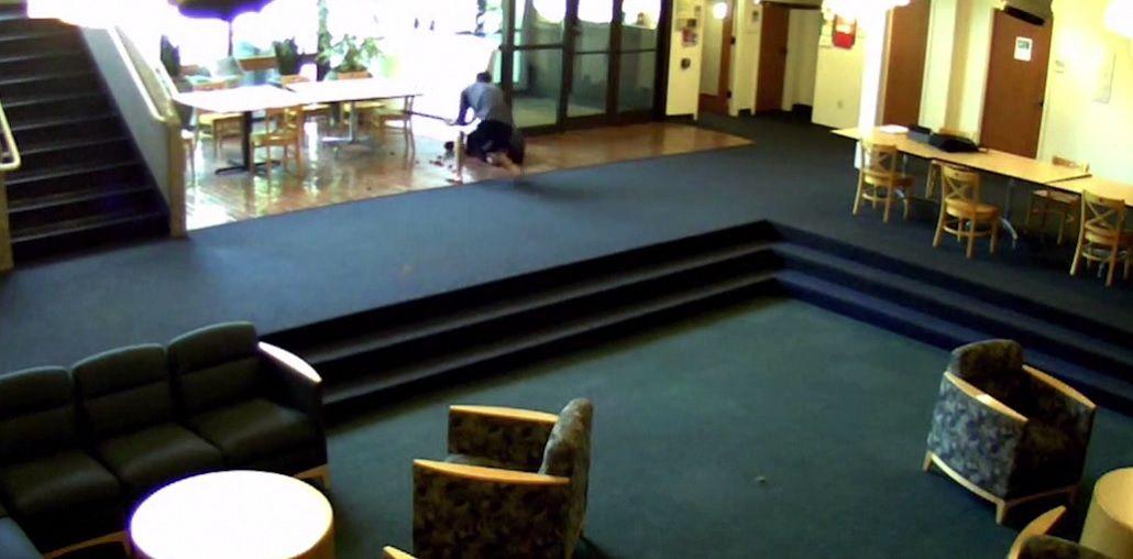Entró armado a una universidad y terminó en el piso: le tiraron gas pimienta