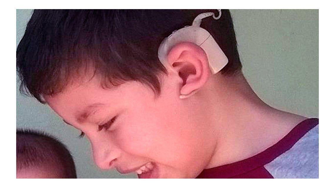 Desesperada búsqueda de un aparato que ayuda a un nene a escuchar