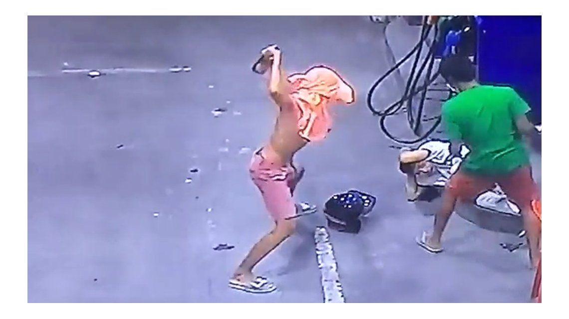 3 contra 1: cobarde agresión en una estación de servicio de Tailandia