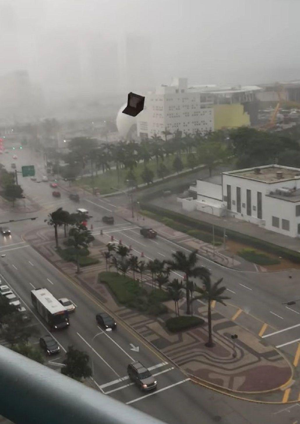 VIDEO: Una tormenta hace volar muebles de edificios en Miami