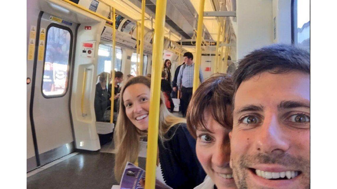 Como uno más: Novak Djokovic viaja en colectivo en Londres