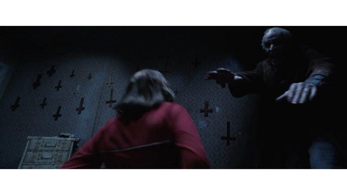 Vio El Conjuro 2, compartió una foto y se dio cuenta que no estaba solo