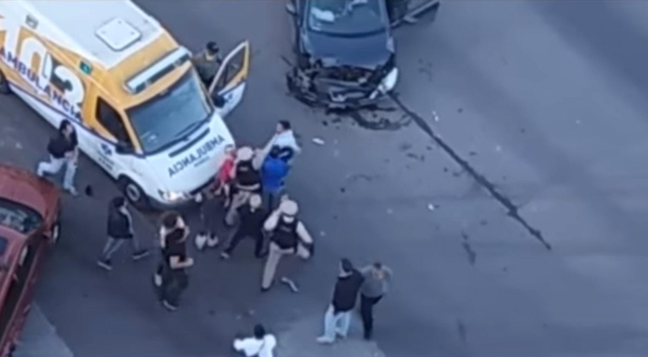 VIDEO: Fue a prestar auxilio tras un choque y terminó recibiendo una brutal golpiza