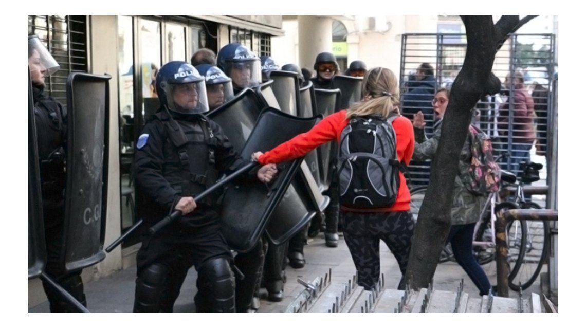 Un concejal resultó herido durante una marcha contra Macri en Rosario