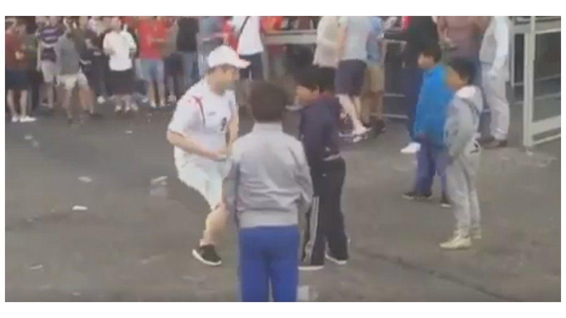 Cobardes: ahora los hooligans humillan nenes en las calles de Francia