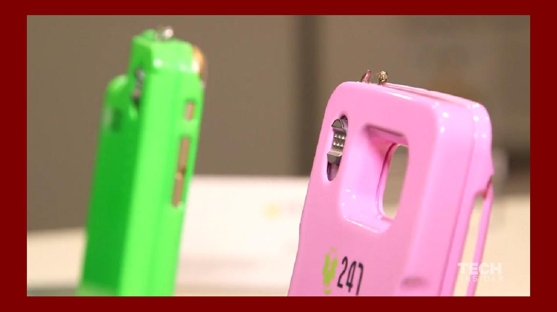 Auto defensa: crean la funda de un celular que tiene un taser