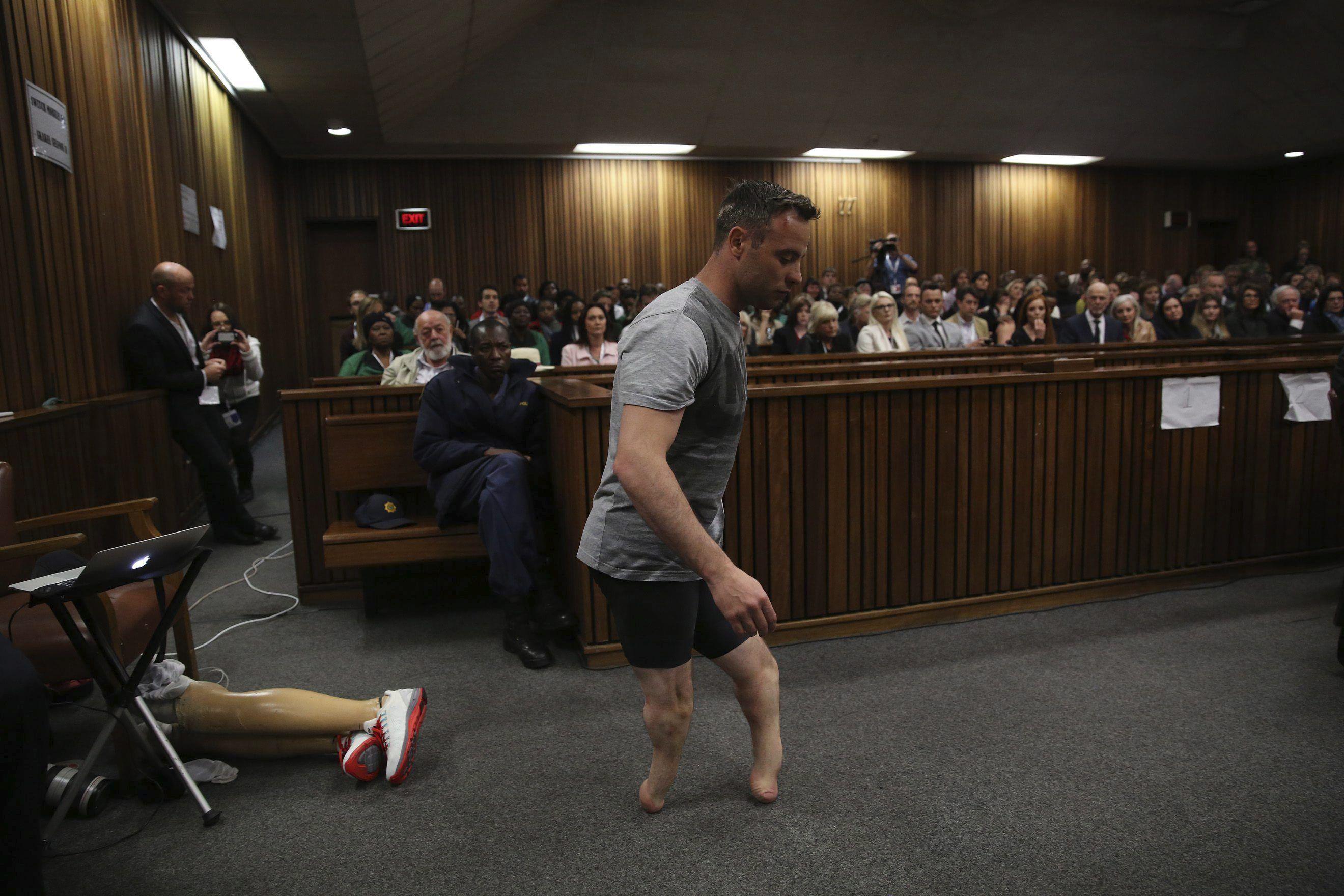 Pistorius se sacó las prótesis en medio del juicio por la muerte de su novia