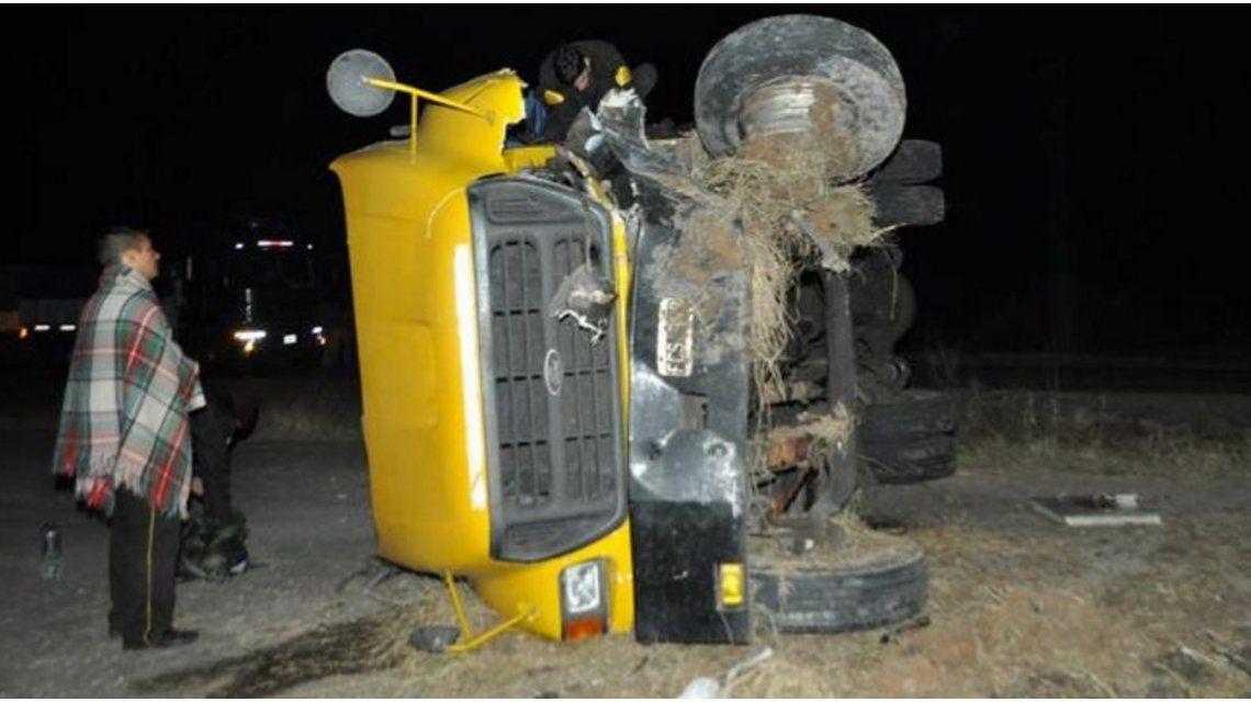 Un hombre y una nena murieron al chocar un auto con un camión de caudales