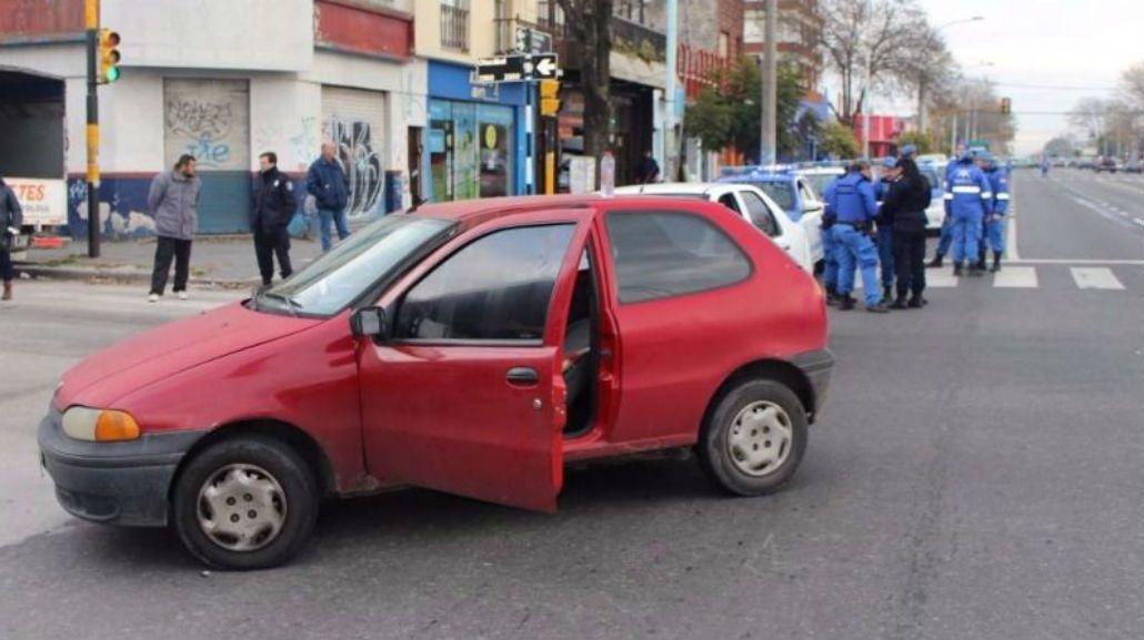 Los encerró con el auto, discutieron y lo acuchillaron