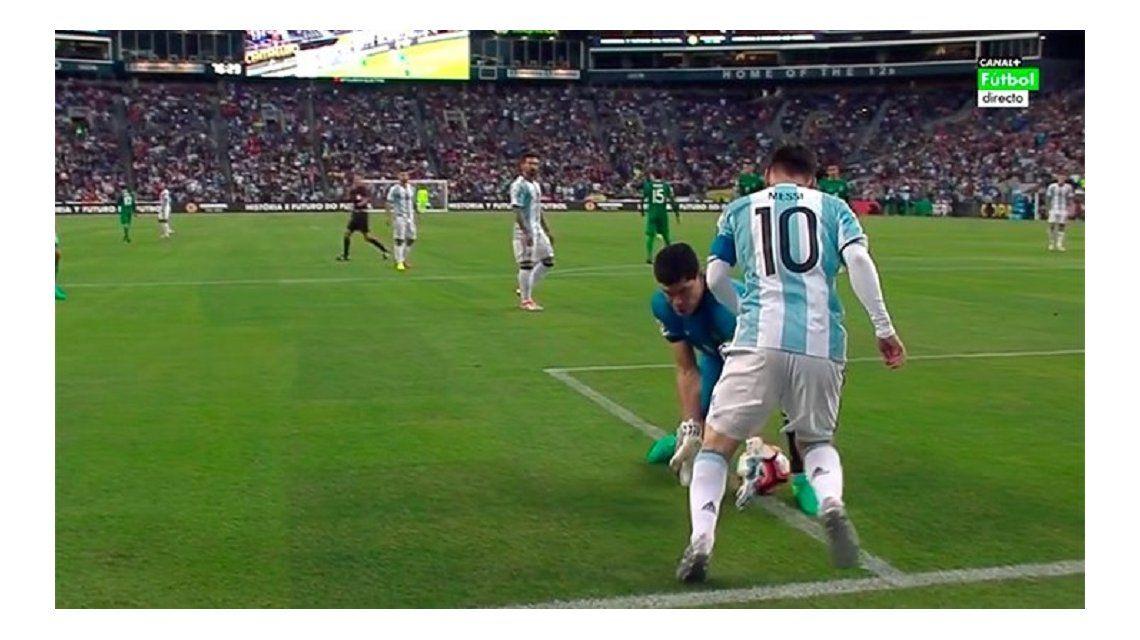 Pasó por las manos y los pies: mirá el terrible caño de Messi al arquero boliviano