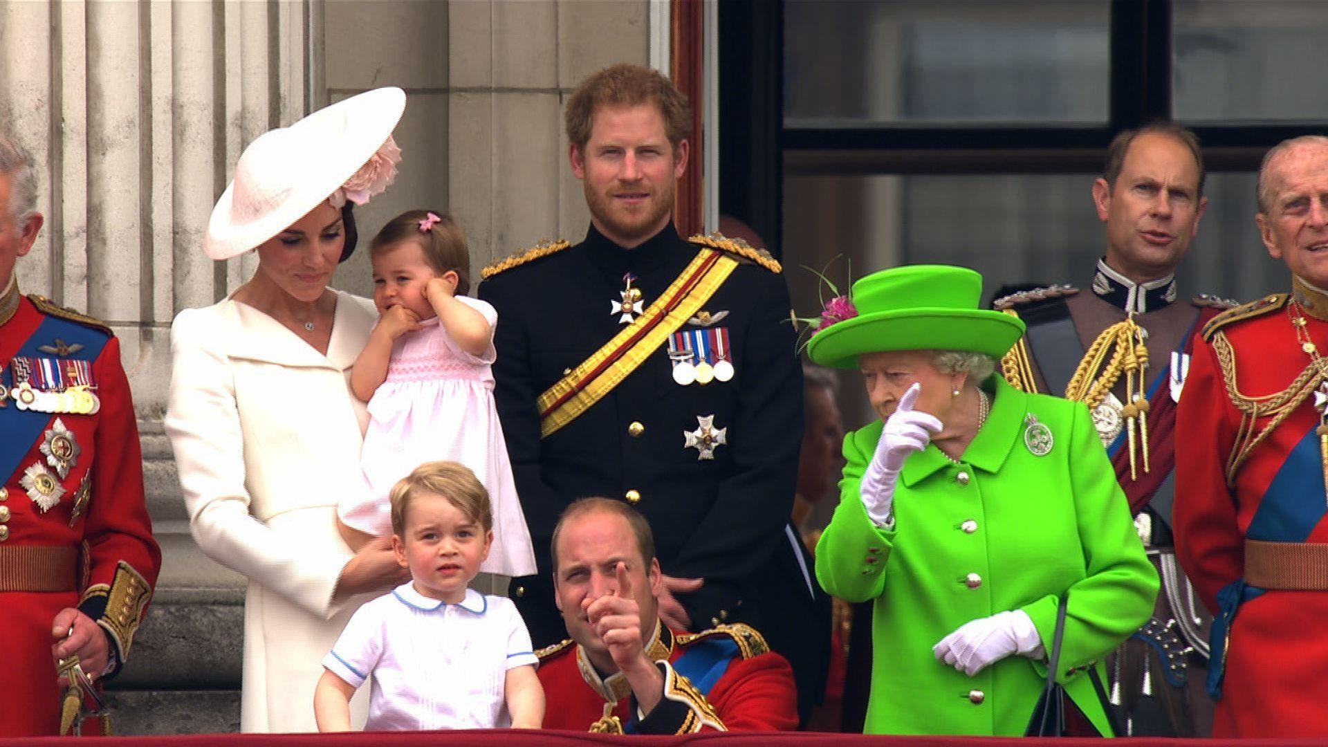 Escrachan a la reina de Inglaterra cuando reta a su nieto William en un acto público