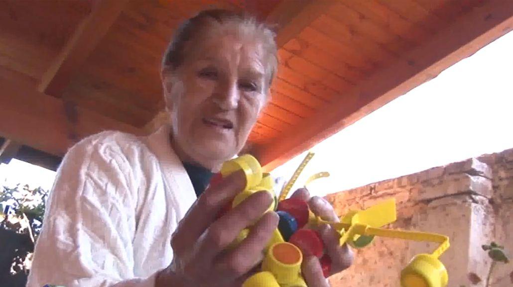 Emotivo: juntó 4 millones de tapitas para comprarle una silla de ruedas a su nieto