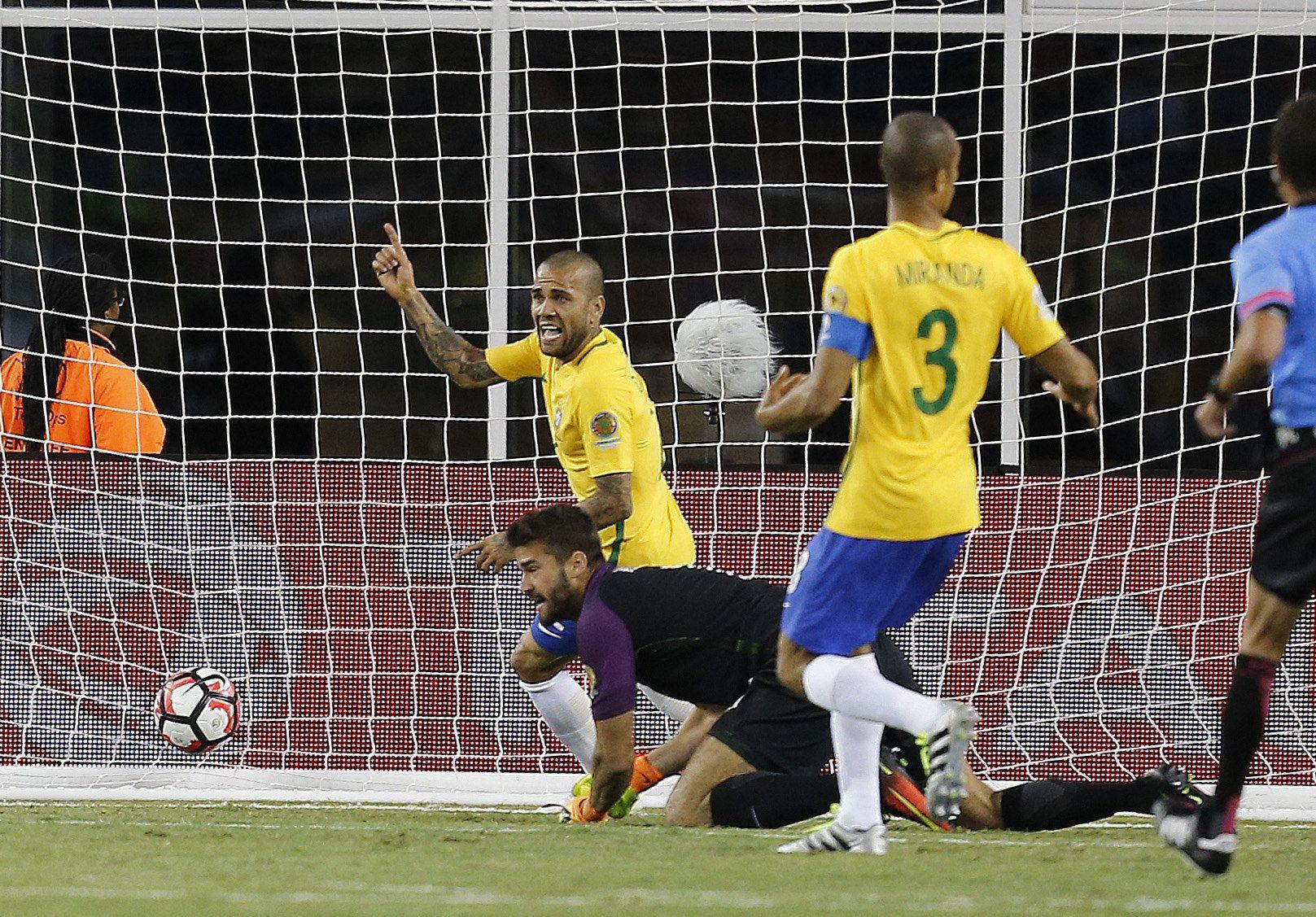 Me pegó en el muslo, dijo el autor del gol con la mano que eliminó a Brasil