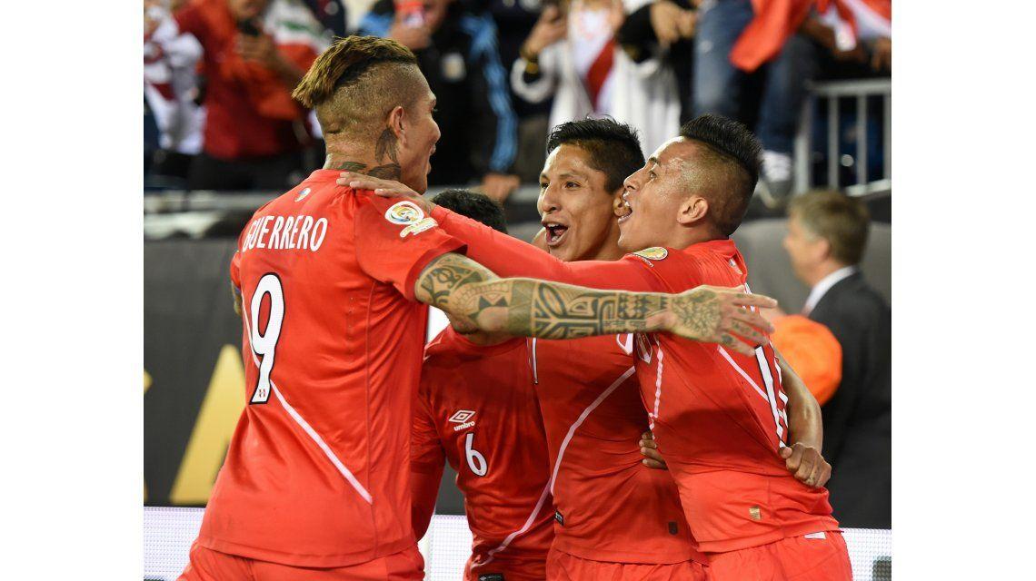 Con un polémico gol, Perú golpeó a Brasil y lo dejó afuera de la Copa