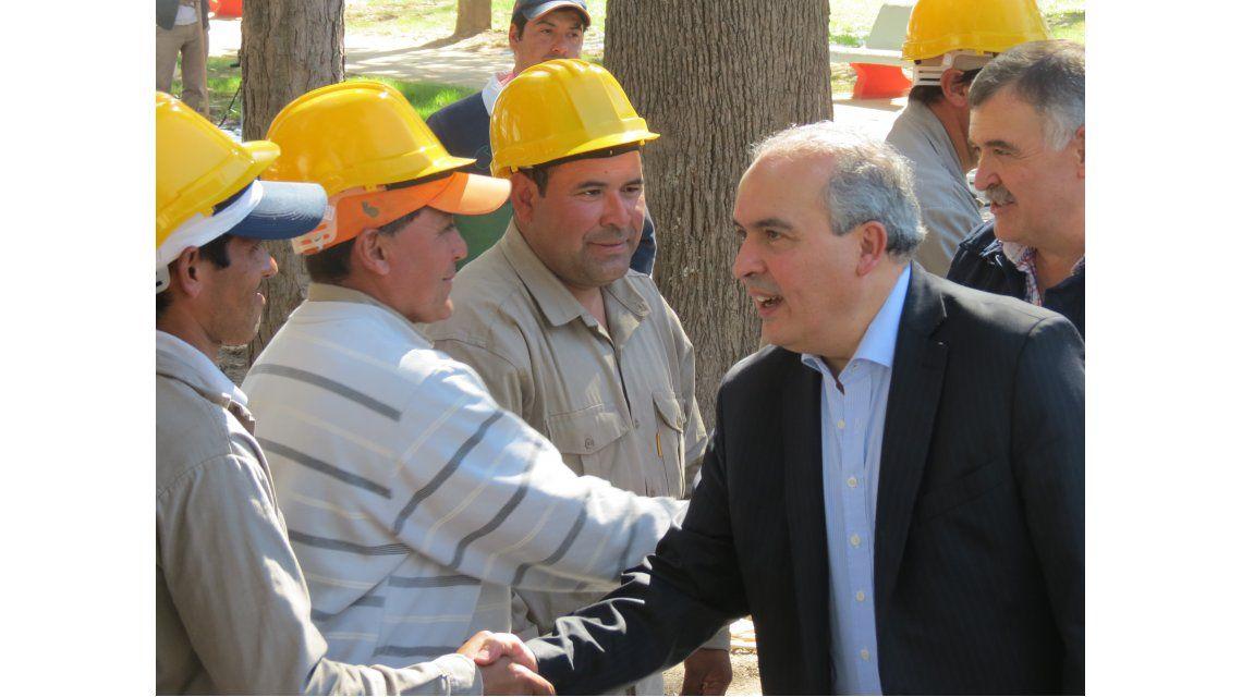 Detienen a ex secretario de Obras Públicas arrojando dólares a un Monasterio