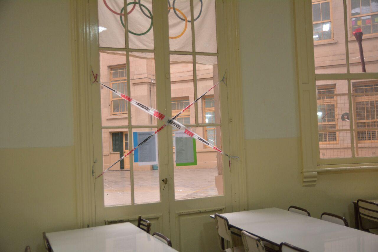 Una escuela porteña emblemática, en la ruina y con el patio clausurado