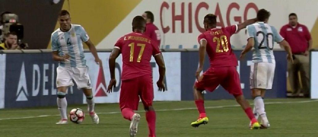 Por esta agresión, Panamá se quedó con 10 jugadores en el primer tiempo