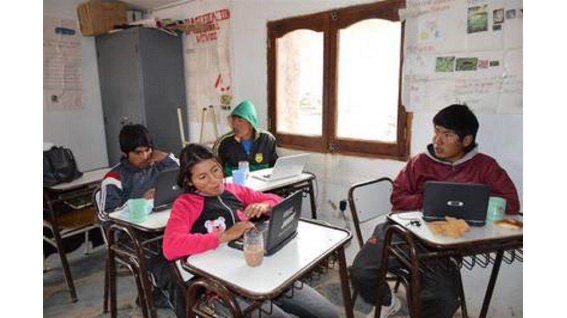 Alumnos salteños buscan terminar el secundario por WhatsApp