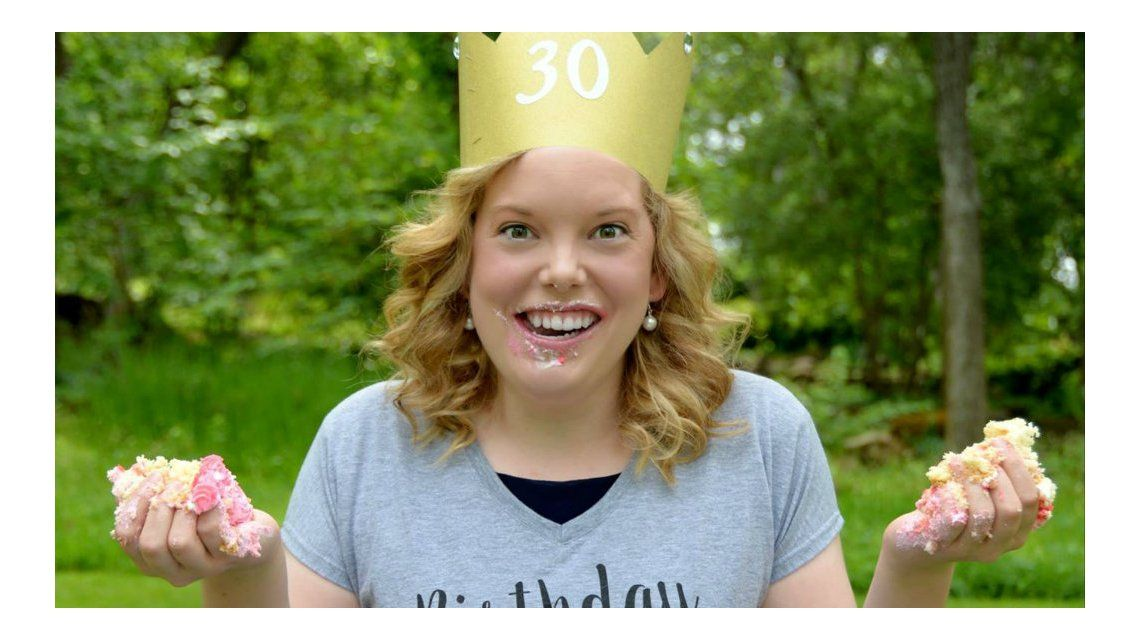La extraña moda de destruir una torta de cumpleaños para festejar los 30