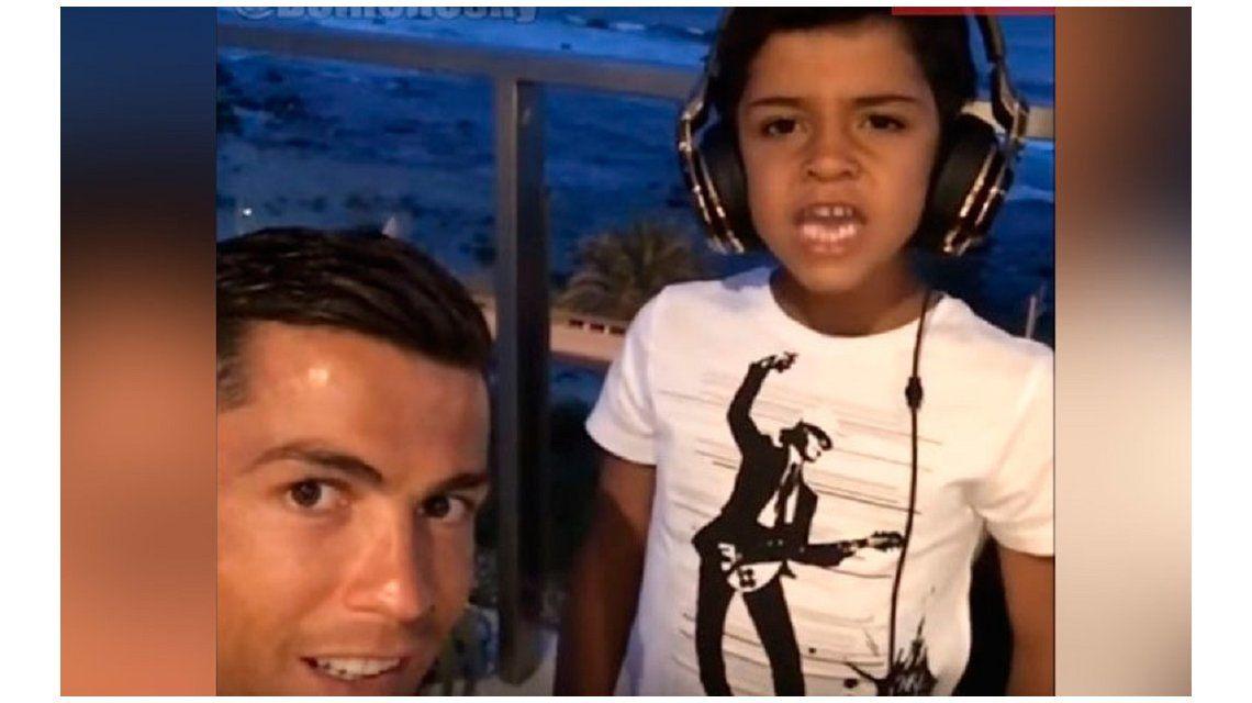 Un video de Cristiano Ronaldo y su hijo cantando reggaeton explotó las redes