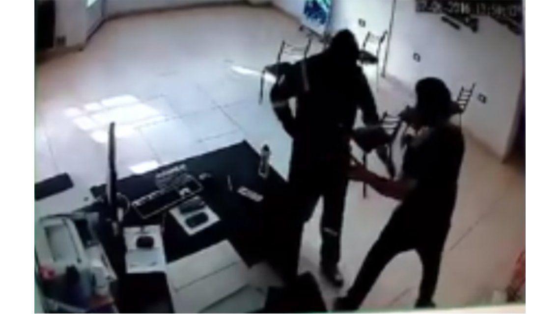VIDEO: Entró armado a una agencia, maniató a un empleado y se llevó la recaudación