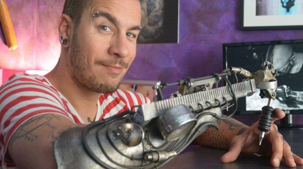 El francés se convirtió en el tatuador biónico gracias a su nueva prótesis