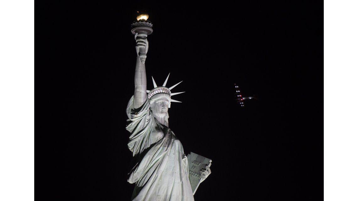 FOTOS: Mirá cómo un avión solar sobrevoló la Estatua de la Libertad