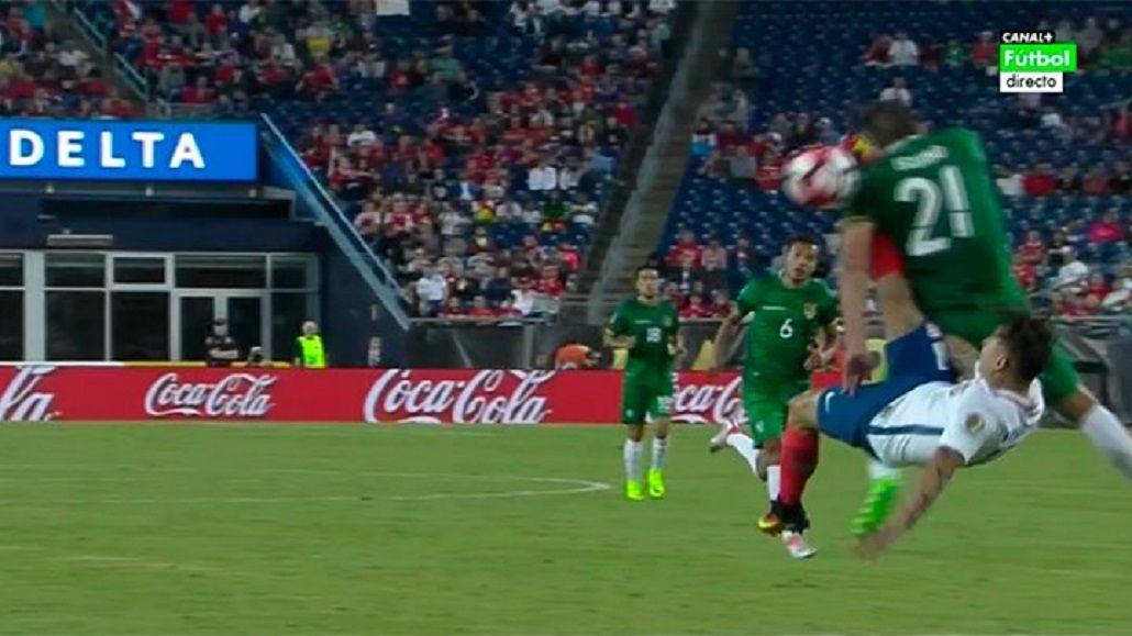 Impactante: el chileno Vargas intentó una chilena y noqueó a un rival