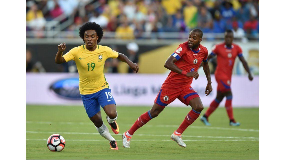 Brasil golea al débil Haití y consigue su primer triunfo de la Copa América