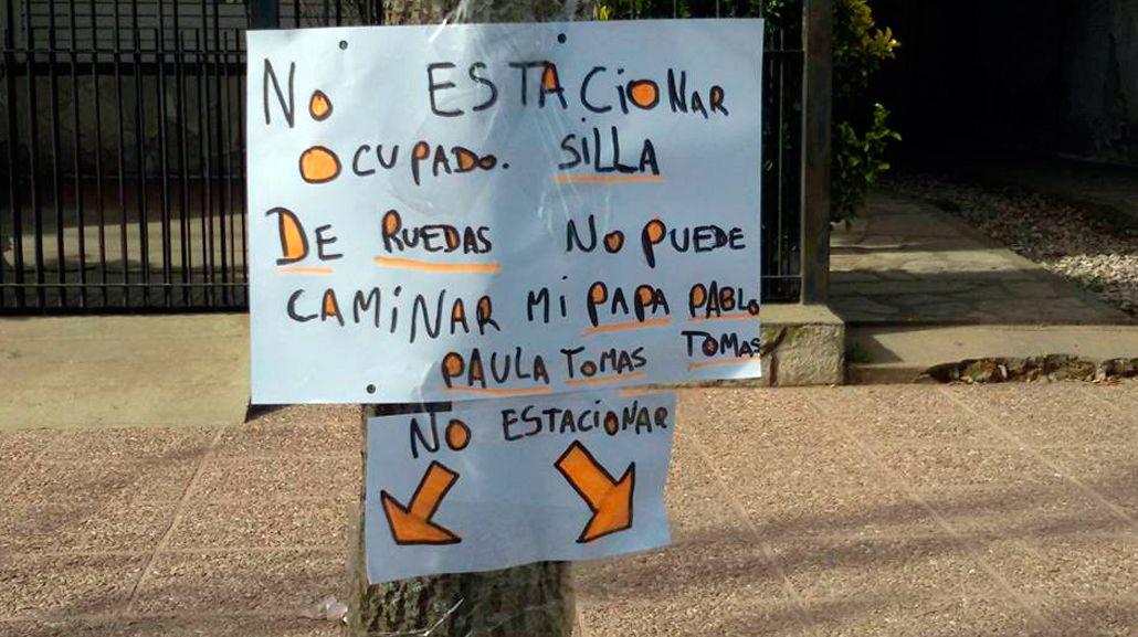 Su papá no puede caminar, estacionan mal frente a su casa y pide ayuda con un cartel
