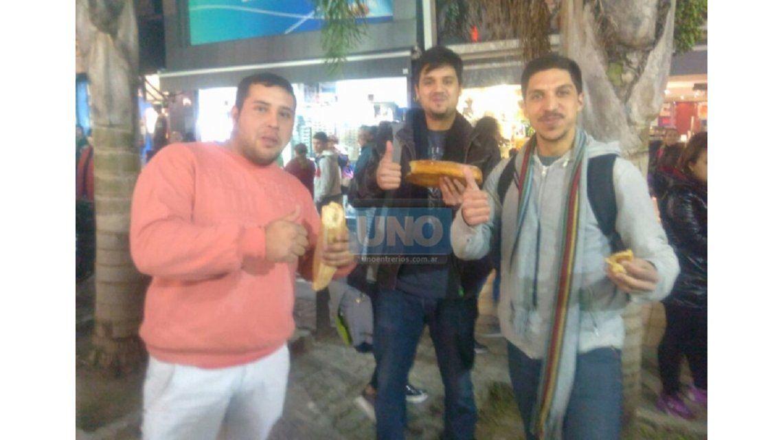 Solidarios: le compran todos los panes a vendedor antes del decomiso