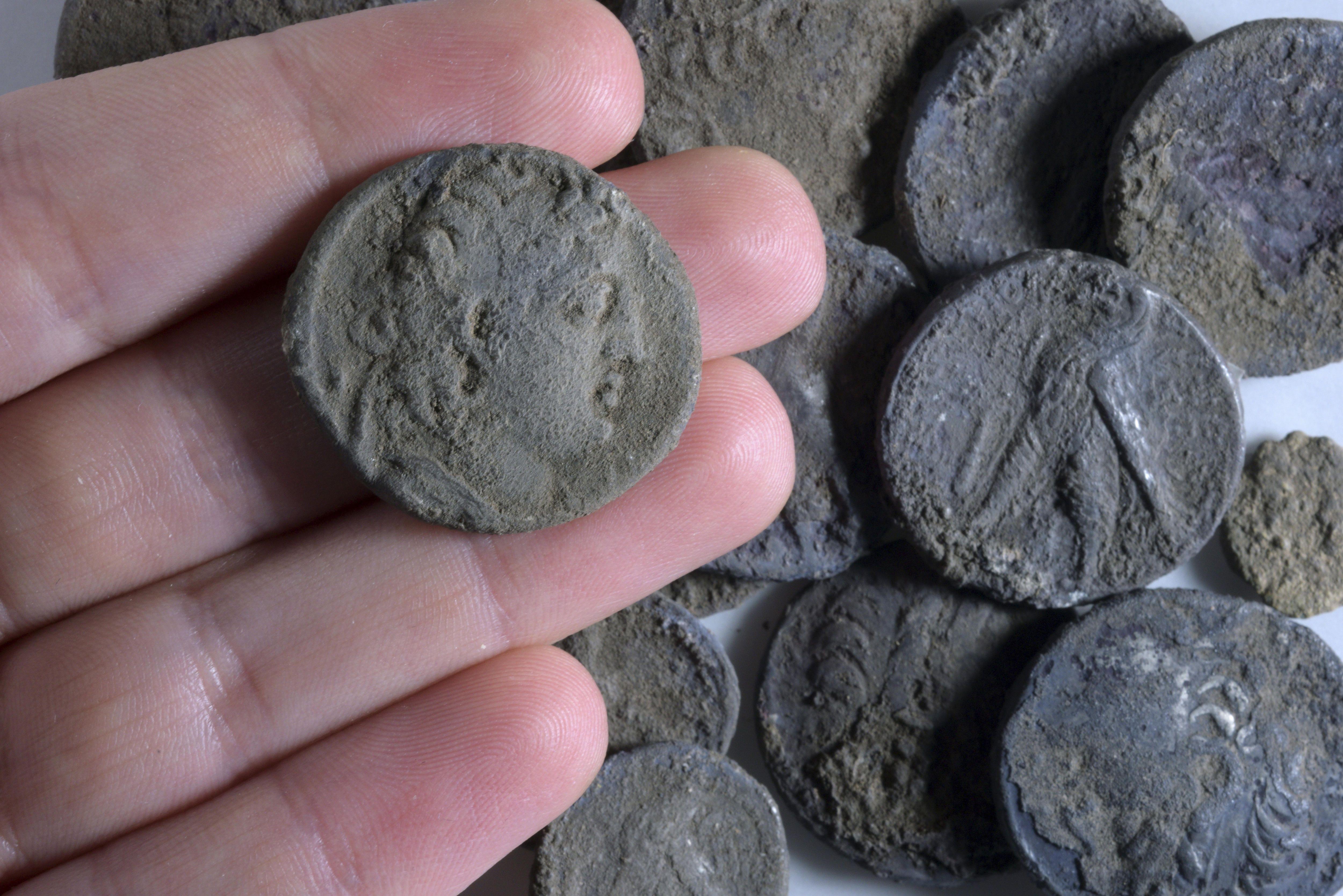Soprendente hallazgo: construían una ruta y encontraron unas valiosas monedas