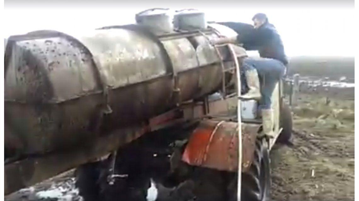 El Bondi-Truck: se inventó un camión para sacar leche de los campos inundados