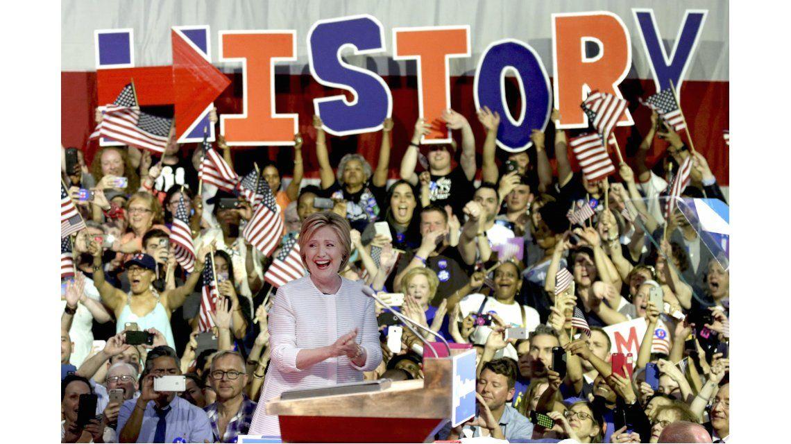 Hillary Clinton se proclamó ganadora de sus primarias y cargó contra Trump