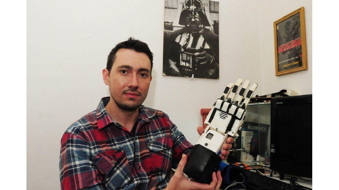 Un rosarino creó una mano robótica con movimientro independiente en los dedos