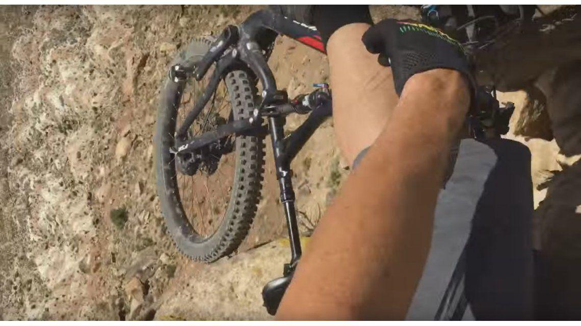 VIDEO: Quiso hacer una prueba con la bicicleta y casi se cae al precipicio