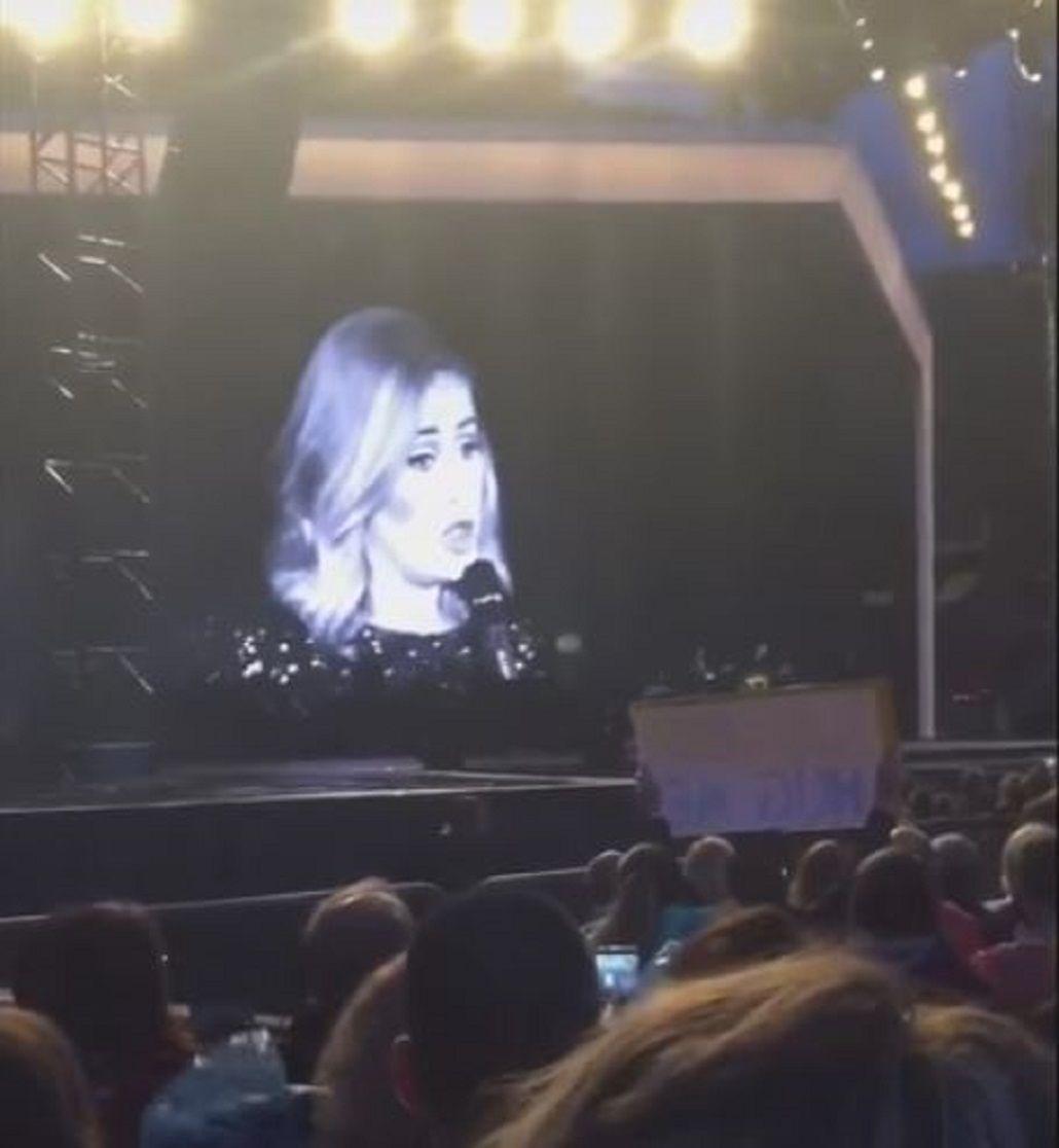 VIDEO: Adele le pide a una fan que deje de filmarla y disfrute el show en vivo